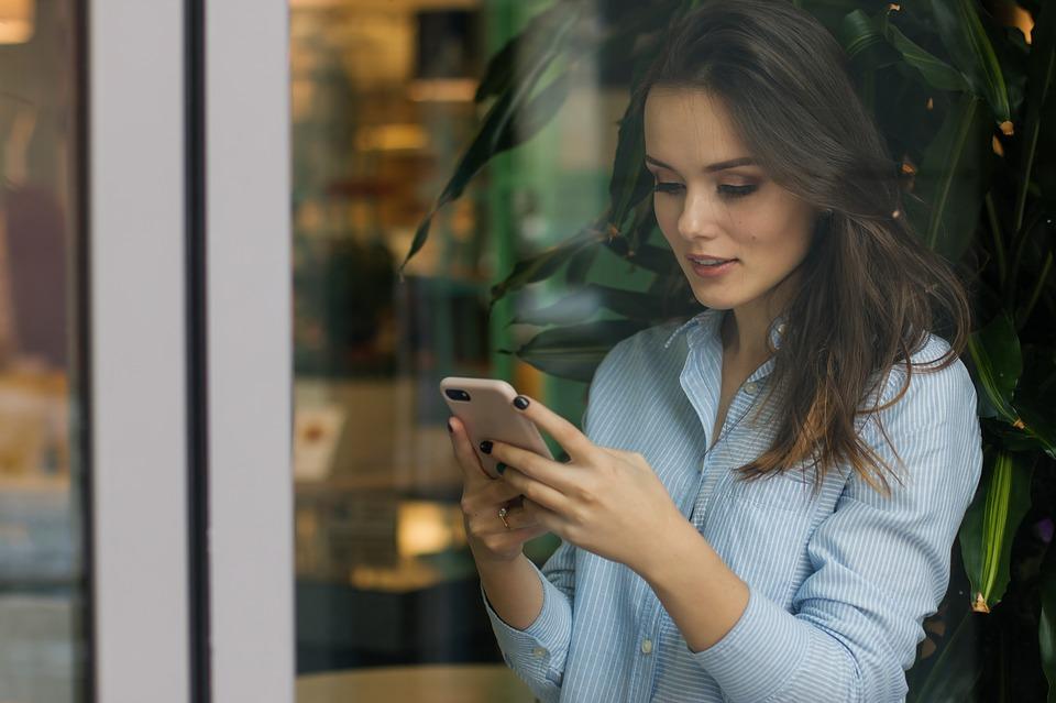 Frau liest eine E-Mail