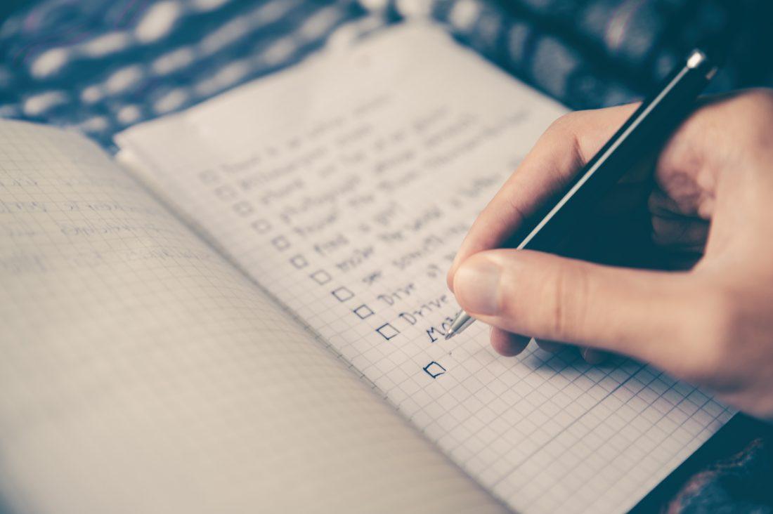 sekretär schreibt to-do liste